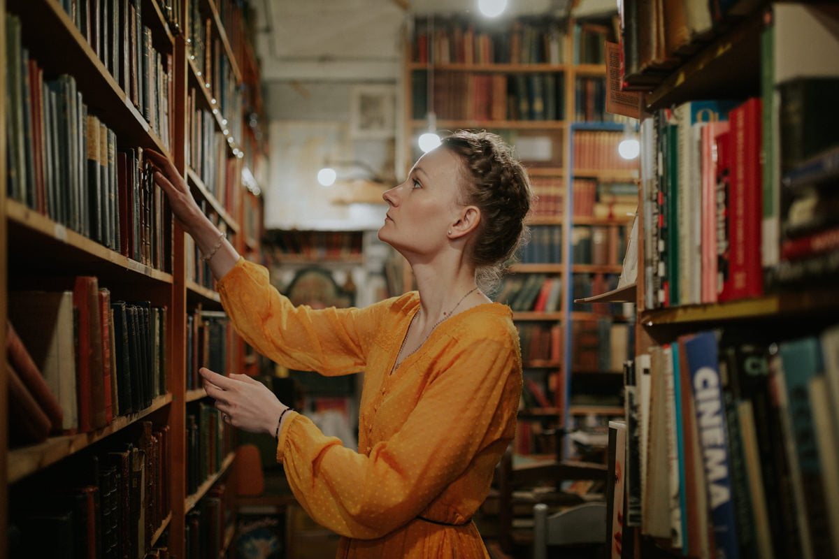Edinburgh Portrait Photographer - Justyna, Old Town, Armchair Books 14